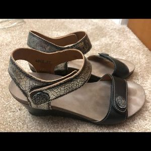 Taos wedge sandals - in great shape!